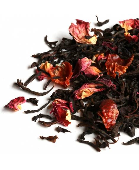 te negro con petalos de rosa y escaramujo En el jardín de las Rosas