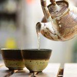Los pros y los contras de tomar té verde con leche
