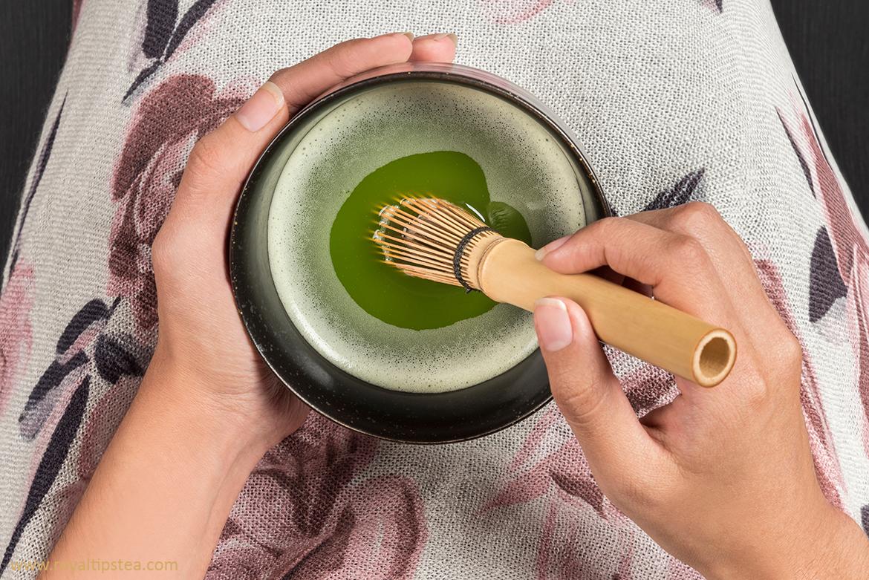 preparacion te verde matcha batido en un bol