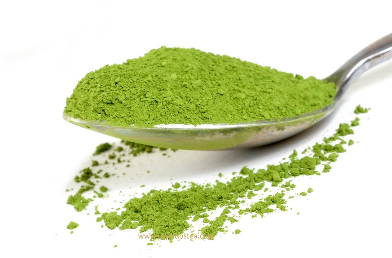 una cuchara con te verde matcha en polvo